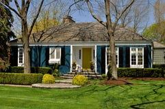 Casa azul con ajardinar agradable Fotos de archivo