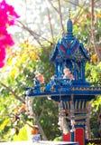 Casa azul del alcohol en Tailandia con los floreros Imágenes de archivo libres de regalías