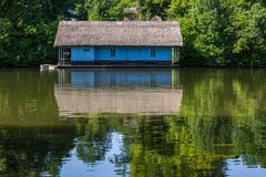 Casa azul en el agua Imagenes de archivo