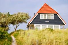 Casa azul en la isla de Vlieland Fotos de archivo