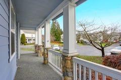 Casa azul encantador exterior com um patamar coberto agradável fotos de stock royalty free