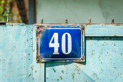 Casa azul número plateado de metal 40 cuarenta del viejo vintage de la dirección en la puerta rural Foto de archivo libre de regalías