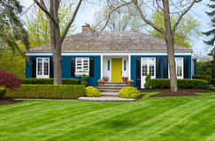 Casa azul no gramado verde foto de stock