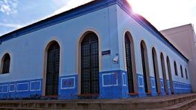A casa azul velha ainda preservada imagens de stock