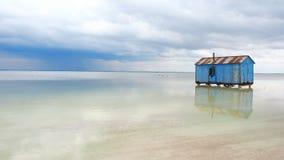 Casa azul vieja abandonada en el medio del lago de sal durante una tormenta inminente Salar Saline Salt Salty Lake muerto metrajes