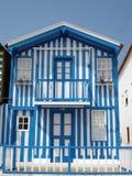 Casa azul y blanca foto de archivo
