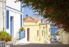 Casa azul y blanca con la buganvilla Fotos de archivo