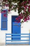 Casa azul y blanca con la buganvilla Imágenes de archivo libres de regalías