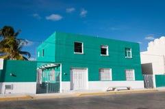 Casa, azul y blanco mexicanos contra el cielo azul Fotos de archivo