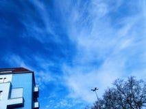 Casa azul y cielo azul Fotografía de archivo