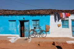 Casa azul y la bicicleta en un pueblo Fotografía de archivo