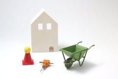 Casa bajo construcción en el fondo blanco Foto de archivo libre de regalías