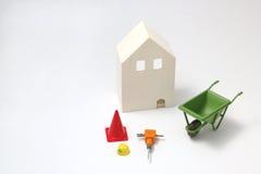 Casa bajo construcción en el fondo blanco Fotografía de archivo