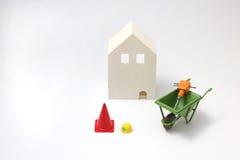 Casa bajo construcción en el fondo blanco Fotografía de archivo libre de regalías