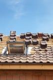 Casa bajo construcción Tejas de techumbre con el tragaluz abierto imágenes de archivo libres de regalías
