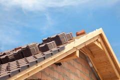 Casa bajo construcción Tejas de techumbre que se preparan para instalar fotos de archivo libres de regalías