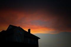 Casa bajo el cielo dramático fotografía de archivo libre de regalías