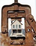 Casa bajo la abrazadera Foto de archivo libre de regalías
