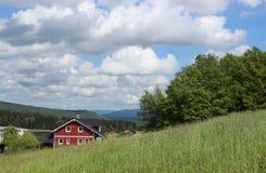 Casa bajo las nubes Foto de archivo