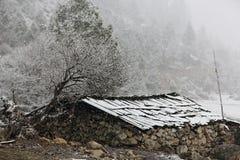 Casa bajo nieve Imágenes de archivo libres de regalías