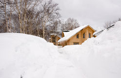 Casa bajo nieve Imagen de archivo libre de regalías