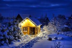 Casa-Banya de madeira do russo pequeno após o blizzard no crepúsculo fotografia de stock