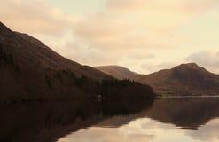 Casa barco en un lago Foto de archivo libre de regalías