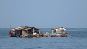 Casa barco flotante Tr un lago Vietnam almacen de metraje de vídeo
