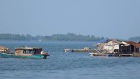 Casa barco flotante Tr un lago Vietnam Panorama almacen de metraje de vídeo