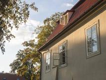 Casa barroco velha de Praga em Kampa com a janela aberta na luz da hora, em árvores e no fundo dourados do céu fotografia de stock royalty free
