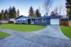 Casa bassa ad un piano blu del tetto dell'artigiano a Tacoma Fotografia Stock Libera da Diritti