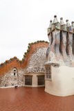 Casa Batllo, housetop, kominy z ceramiczną mozaiką, Barcelona fotografia royalty free