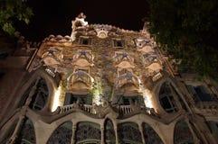 Casa Battlo i Barcelona på natten Royaltyfria Bilder