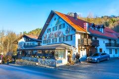 Casa bavarese tradizionale dipinta vicino al Neuschwanstein ed alle alpi tedesche in Baviera Immagini Stock Libere da Diritti