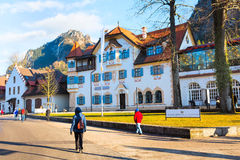 Casa bavarese tradizionale dipinta vicino al Neuschwanstein ed alle alpi tedesche in Baviera Immagine Stock