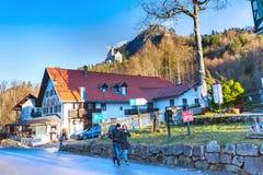 Casa bavarese tradizionale dipinta vicino al Neuschwanstein ed alle alpi tedesche in Baviera Fotografia Stock
