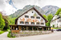 Casa belamente pintada nos cumes bávaros perto do castelo de Neuschwanstein em Alemanha Foto de Stock