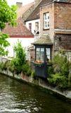 Casa belga pintoresca directamente sobre el canal fotos de archivo libres de regalías