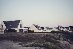 Casa bianca al tempo di giorno vicino con l'oceano in Francia fotografia stock libera da diritti