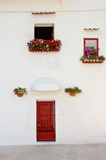 Casa bianca con colore rosso Immagine Stock