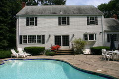 Casa bianca con il raggruppamento Fotografie Stock