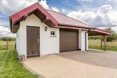 Casa bianca con un'idea del garage Immagini Stock
