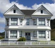 Casa bianca del Victorian sotto il cielo nuvoloso blu Fotografie Stock Libere da Diritti