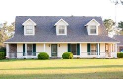 Casa bianca dell'americano di stile del ranch Fotografia Stock