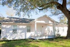 Casa bianca di stile del ranch Fotografie Stock