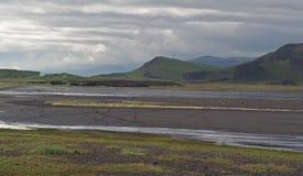 Casa bianca isolata nel landskape selvaggio dell'Islanda con verde ciao immagini stock