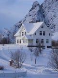 Casa bianca nel villaggio di Ã… su Lofoten, Norvegia Fotografie Stock