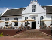 Casa bianca nello stile coloniale sull'azienda agricola del vino, Stellenbosch, Sudafrica fotografia stock