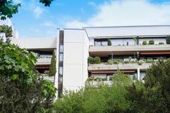 Casa bianca residenziale nell'area del parco all'aperto fotografia stock libera da diritti