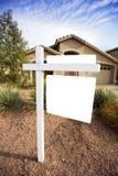 Casa in bianco da vendere il segno Fotografie Stock